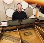 Il Maestro Andrea Guerra al pianoforte